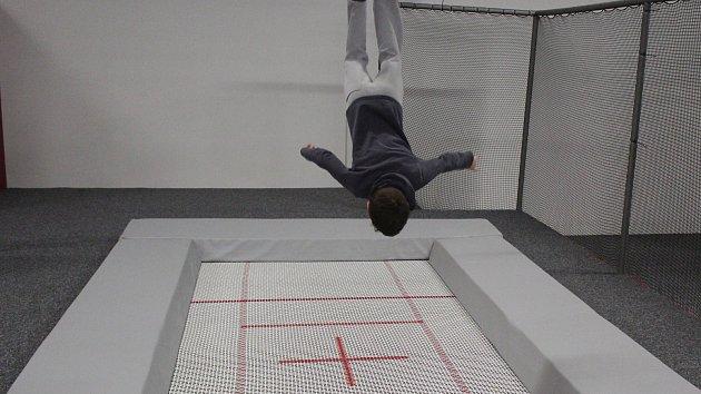 Hlavou dolů nebo jako ninja bojovník. V Brně otevřeli nový trampolínový park