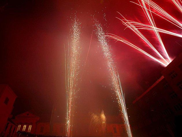 Centrum Brna ozářil předvánoční ohňostroj.