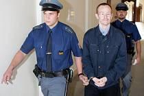 Policejní eskorta přivádí Petra Šedu.