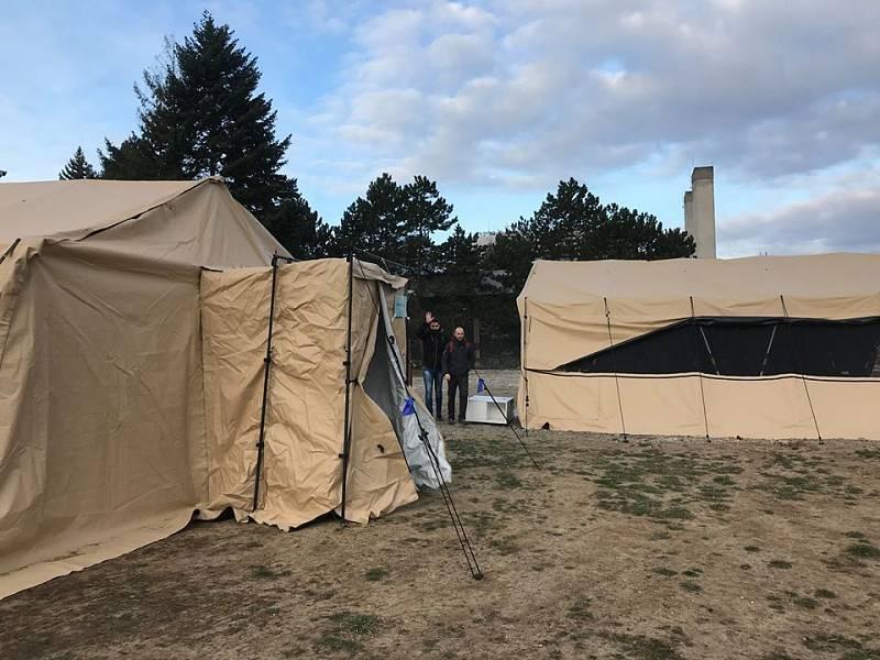 Už třetí den funguje stanové odběrové místo v areálu Fakultní nemocnice v brněnských Bohunicích. Pacientům s podezřením na koronavirus, které pošlou krajští hygienici, tam zdravotníci dělají stěr z nosohltanu.