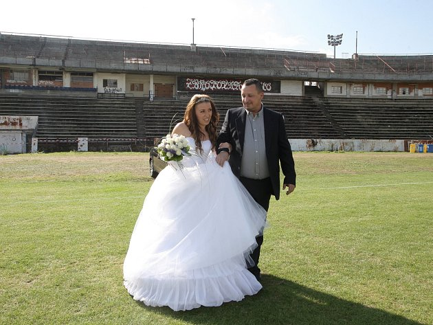V sobotu si na fotbalovém hřišti vyměnili prsteny dvaadvacetiletí Natálie a Ondřej Svobodovi.