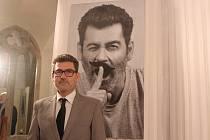 Herec Radim Fiala se svým portrétem při zahájení výstavy černobílých fotografií Osobnosti V. Ta představuje asi čtyřicet známých osobností z Brna a jihu Moravy, které už popáté zvěčnil fotograf Otto Ballon Mierny.
