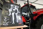 Světově uznávané modelky z České republiky a Slovenska propůjčily své tváře brněnské firmě Zetor, která vyrábí traktory a motory. Nafotily pro ni kalendář pro nadcházející rok.