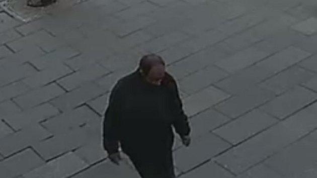 Policisté prosí lidi o pomoc při hledání důležitého svědka. Muže zachytily kamery.
