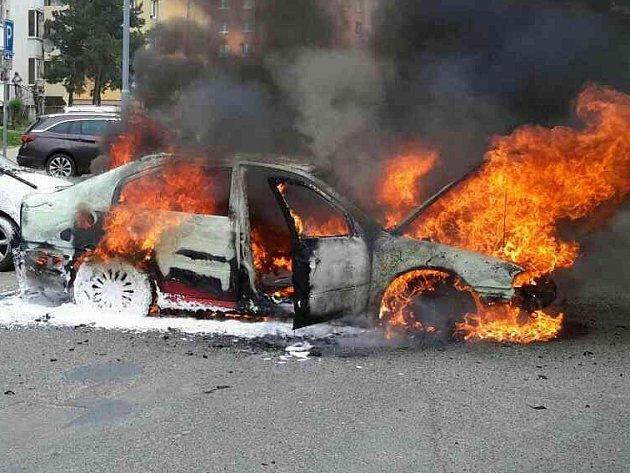 Požár dvou osobních aut v kohoutovické Axmanově ulici.