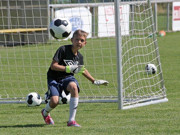 Už popáté hostí Rosice Fotbalový kemp Petra Švancary. Populární akademie láká každý rok víc dětí, letos se jich ve dvou turnusech vystřídá sto třicet.