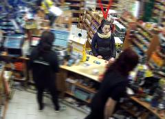 Policisté hledají mladý pár, který platil ukradenou kartou