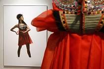 Objekty oděvní designérky Liběny Rochové zaujmou hrou tvarů, barevností i vlněnými ozdobami kroje z Hluku či kordulky z Klobouk u Brna.