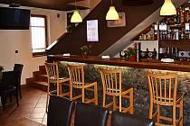 V případě, že by zahrádku Baru Kotelna zavřeli, museli by lidé chodit na pivo jen dovnitř baru. Na snímku je starší fotografie baru.