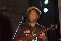 Kytarista Jean-Paul Bourelly ve víru kytarových emocí rozehřál nevytopenou Flédu.