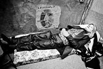Herci v zákulisí během jedenácti hodin, které stráví na jevišti, odpočívají různě. Jan Budař jako Nikolaj Savrogin spí v kostýmu a paruce.