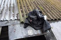 Mladíci sedmačtyřicetiletému muži roztrhali oblečení a rozházeli ho po okolí.