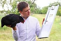 Vojtěch Kolomazník vynalezl chytrá dvířka, která ulehčí život chovatelům slepic.