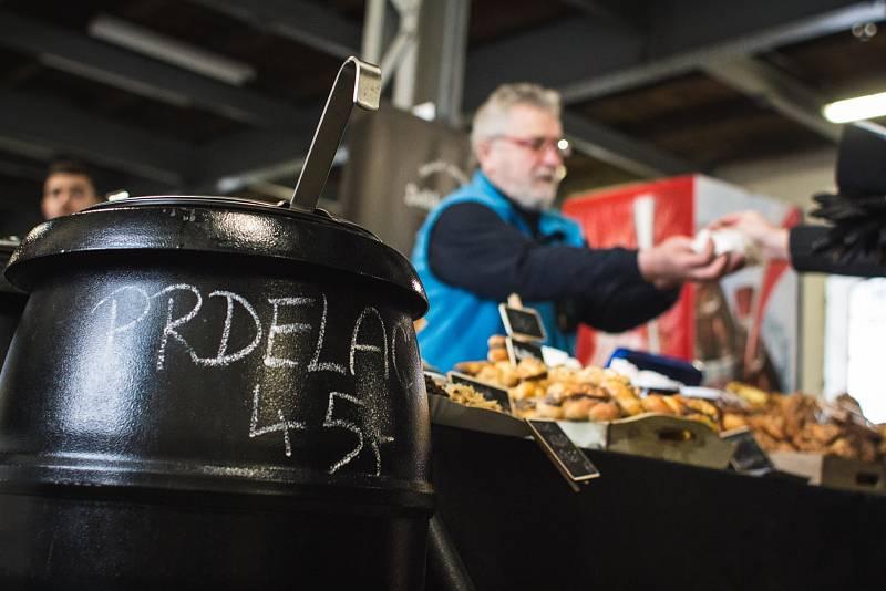 Nejen zabijačkové speciality nalákaly milovníky dobrého jídla a pití v sobotu do bývalé tovární haly Malá Amerika kousek od brněnského vlakového nádraží.