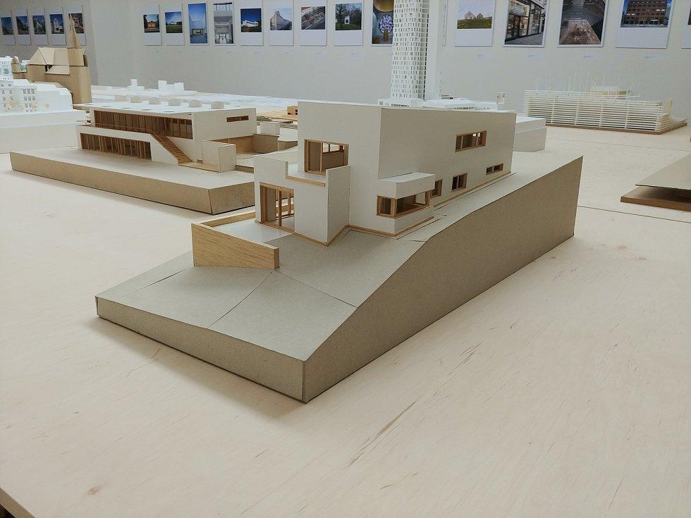 Architektonické modely z dílny architektů Buriana, Křivinky, Pelčáka, Rusína a Wahly na výstavě v Domě umění města Brna.