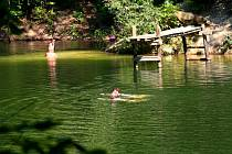 Kaolínová nádrž u Maršova slouží k letnímu osvěžení místních obyvatel i návštěvníků z nedalekého okolí.