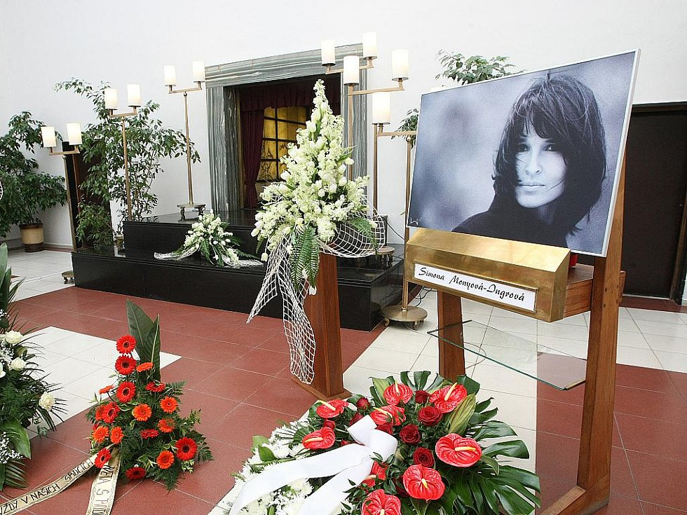 Několik stovek lidí se přišlo naposledy rozloučit s brněnskou spisovatelkou Simonou Monyovou. Lidé v obřadní síni brněnského krematoria uctili rakev s Monyovou desítkami květin.