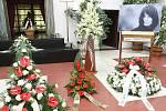 Několik stovek lidí se přišlo v úterý odpoledne naposledy rozloučit s brněnskou spisovatelkou Simonou Monyovou. Lidé v obřadní síni brněnského krematoria uctili rakev s Monyovou desítkami květin.