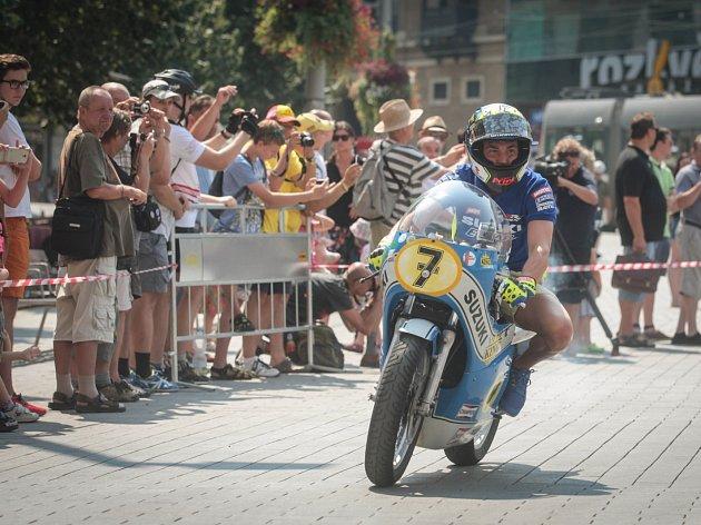 Slavnostní jízdu na počest padesátého výročí brněnské Grand Prix absolvovali ve čtvrtek v centru Brna současné i bývalé osobnosti motocyklového sportu.