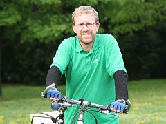Martin Ander jezdí na kole často a rád. Cyklistům vzkazuje, že na odboru dopravy leží návrh na vytvoření cyklopruhů, které jim časem umožní jezdit na bicyklech až do centra.