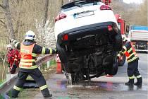Auto sjelo do řeky Svratky a převrátilo se v ní na střechu.