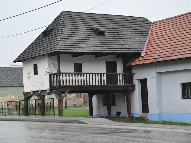 Památkově chráněná stavba v Sebranicích má nového majitele. Koupil ji umělecký kovář Radomír Bárta, který si chce v žondru zařídit svou galerii.