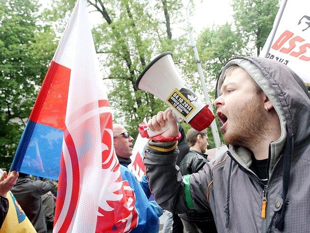 Prvomájový pochod příznivců Dělnické mládeže v Brně.
