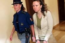 Klára Mauerová míří  k soudu, který rozhodne o osudu jejích synů.