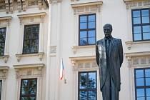 Zástupci Masarykovy univerzity pokládají věnce u příležitosti státního svátku.