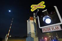 Řidič nákladního auta se v brněnské Kaštanové ulici směrem na Tuřany věnoval nastavení klimatizace a nepostřehl, že se blíží k přejezdu i přes to, že přejezdové signalizační zařízení blikalo červenými světly.