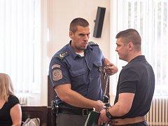Muži kradli peníze z účtů lidí pomocí počítačového viru. Jedním z hlavních členů skupiny je Olegs Larionovs.