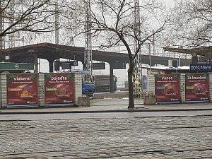 Výlep u brněnského hlavního nádraží.
