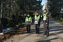 Zvýšenou pohotovost mají v těchto dnech i policisté, kteří ve větším množství dohlížejí na dění na hřbitovech (na snímcích brněnský Ústřední) a v jeho okolí.