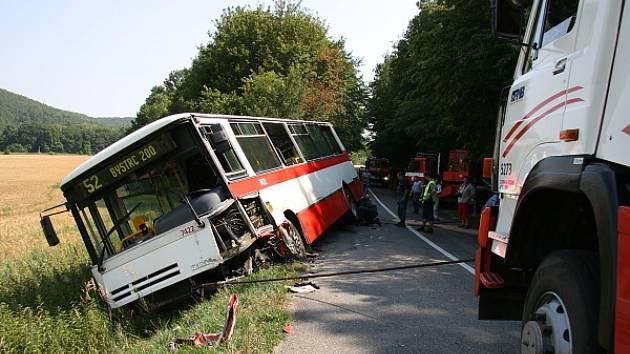 U převráceného autobusu s cestujícími asistovali policisté hasiči i záchranáři.