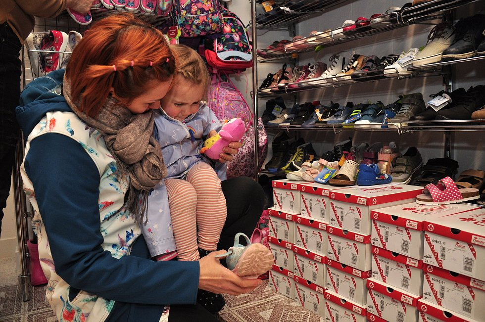Místo přes výdejní okno už prodávají obuv pro děti v prodejně i v obchodě Obuv Květka v Židlochovicích na Brněnsku.