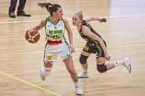 Basketbalistka Žabin Petra Záplatová (na snímku vpravo) byla vyhlášena nejužitečnější hráčkou Final Four v Kutné Hoře.