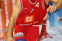 POPRVÉ ZPÁTKY. Pivot Petr Benda v minulém kole poprvé od přestupu do Nymburku slavil výhru nad svým bývalým klubem.