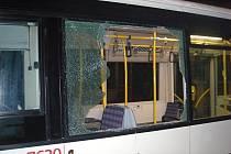 Vandal prohodil cihlu oknem nočního autobusu v Brně.