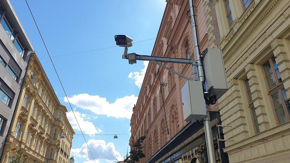 Na vjezdy aut do historického centra Brna nově dohlíží kamery, třeba v Rašínově ulici.