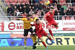 Brno 8.3.2020 - domácí FC Zbrojovka Brno v červeném (14 Jakub Přichystal a 23 Jakub Šural) proti FK Baník Sokolov (Karel Hasil)