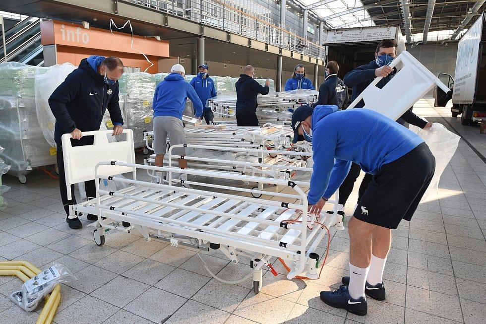 Brno 6.11.2020 - do provizorní nemocnice na BVV dnes dorazily první postele pro případné pacienty. S montáží a rozvozem pomáhali členové hokejového klubu Kometa Brno a hasiči.