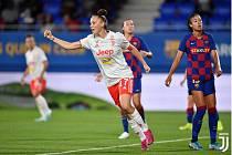 Fotbalová útočnice Andrea Stašková se raduje z branky do sítě Barcelony v Lize mistrů.