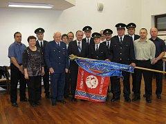Za svoji obětavou práci získali loni hasiči z Holásek vyšívanou stuhu k praporu hejtmana Jihomoravského kraje .