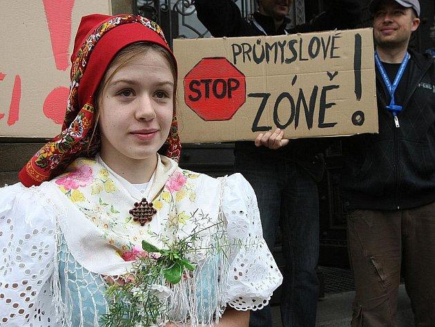 Protest lidí před budovou jihomoravského krajského úřadu v Brně.