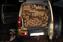 Auta plně naloženého dřívím si v brněnském Žebětíně všimla v sobotu odpoledne hlídka brněnských strážníků. Krátce předtím ji zavolal svědek, podle kterého někdo v lese neoprávněně těžil dřevo.
