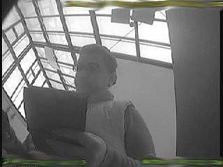 Vyšetřovatelé získali fotografie ženy, která peníze z toho účtu vybírala v Praze a Berouně. Poznáváte ji?