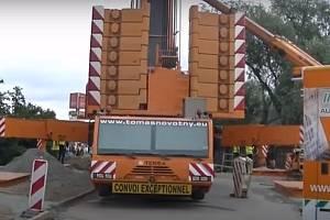 Obří autojeřáb pracuje na mostě přes Svratku v Brně