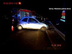 Ve svodidlech skončilo auto řidiče, který v noci na čtvrtek boural na křižovatce ulic Jedovnická a Bělohorská vbrněnských Židenicích.