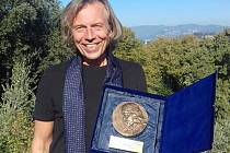 Jiří Netík získal třetí místo na mezinárodní soutěži ve Florencii, porota hodnotila celkový přínos umělce pro společnost, zaujaly především sochy andělů.