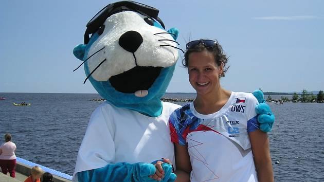 Silvie Rybářová s maskotem v Robervalu.